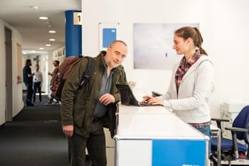 Trainer im Gespräch mit Teilnehmer