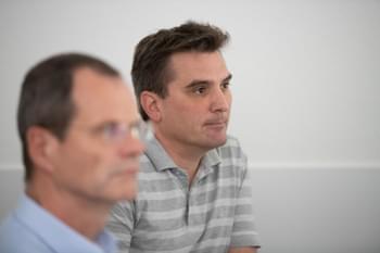 Trainer der BPMN Schulung unterhält sich mit Mitarbeiter