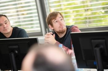 Redner der Datenschutzbeauftragter Schulung im Gespräch mit Mitarbeiter