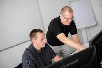 Trainer unterhält sich mit Mitarbeiter