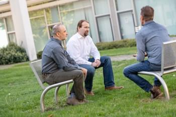 Dozent im Gespräch mit Kollegen