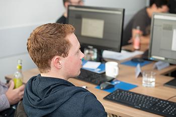 Teilnehmer am Arbeitsplatz im Online Marketing Seminar
