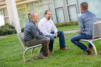 Dozent im Gespräch mit Teilnehmer