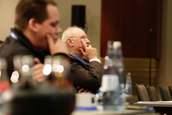 Referent diskutiert mit Kursteilnehmer