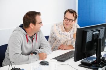 Projektleiter diskutiert mit Mitarbeiter