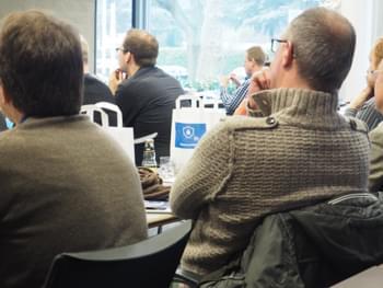 Redner diskutiert mit Kollegen
